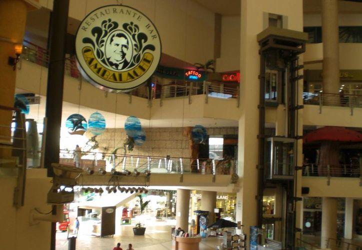 El grupo de turistas comenzaron a discutir en el segundo piso del centro comercial. (Foto de Contexto/Internet)