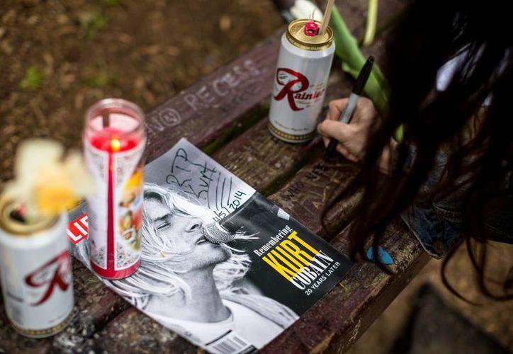 Los fanáticos de Kurt Kobain llegaron a Seattle para rendir homenaje a su ídolo. (Agencias)