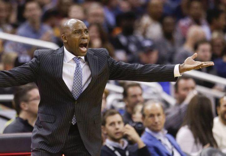 Después de dos temporadas y media Jacque Vaughn no será más el entrenador de Orlando Magic. (Foto: AP)