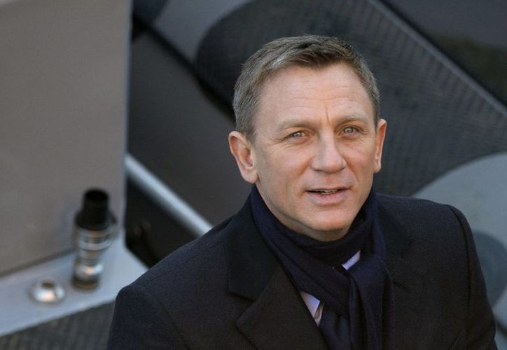 El actor Daniel Craig sonríe para la foto durante la filmación de una escena de la nueva película de James Bond, 'Spectre' en Londres, Inglaterra. (Agencias)