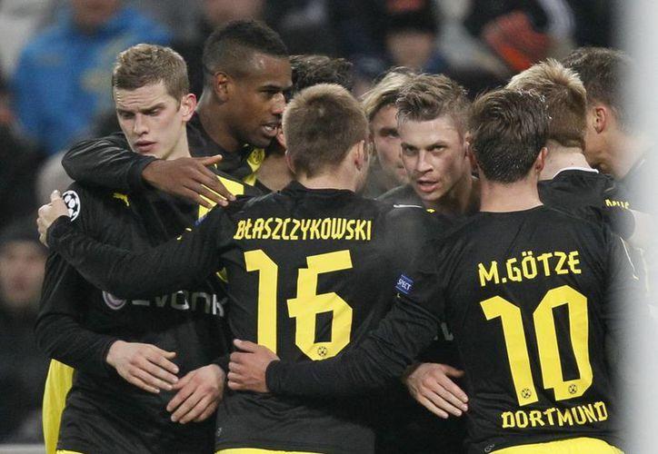 Jugadores del Dortmund celebran el gol de Lewandowski que representó el 1-1. (EFE)