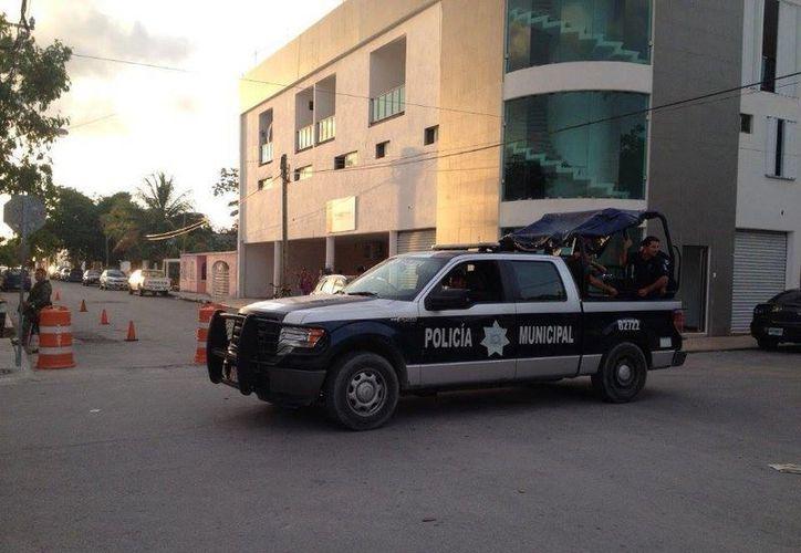 Las autoridades resguardan las instalaciones del INE en Solidaridad. (Adrián Barreto/SIPSE)