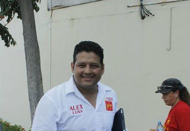 El aspirante a la presidencia de Benito Juárez por el PT, Alejandro Luna, acostumbra a vestir pantalón de mezclilla. (Archivo/SIPSE)