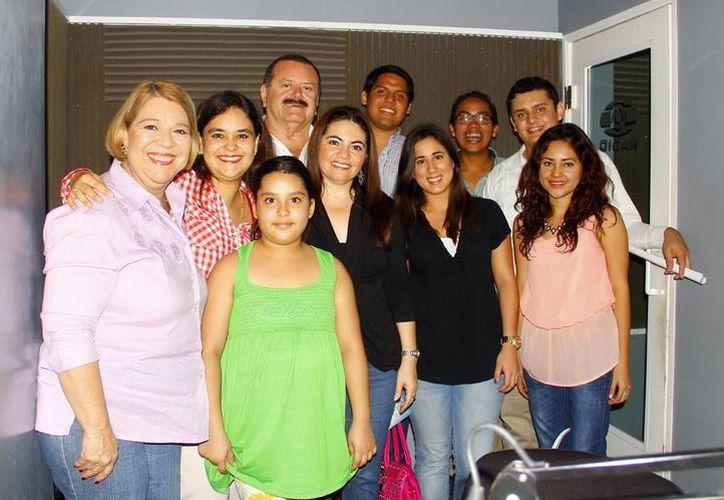 Algunos de los invitados con los conductores del programa radiofónico. (Milenio Novedades)