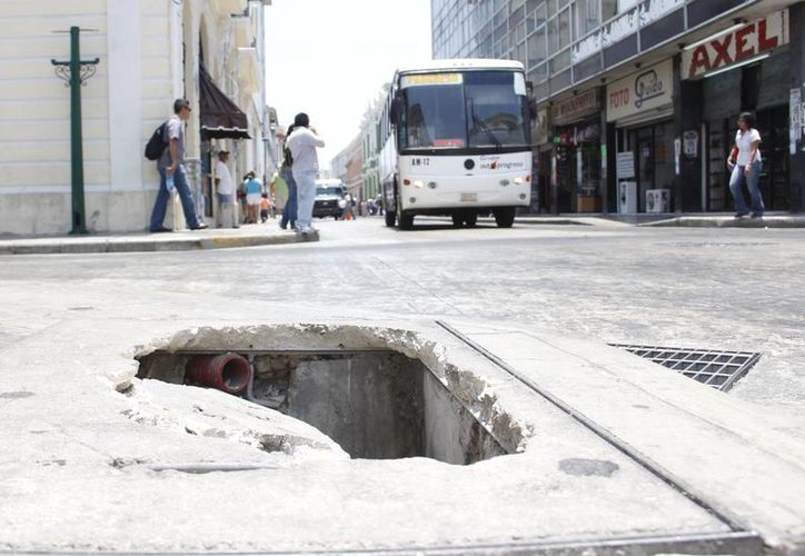 En algunos casos los desperfectos no solo afean la ciudad sino que son peligrosos. (Albornoz/SIPSE)