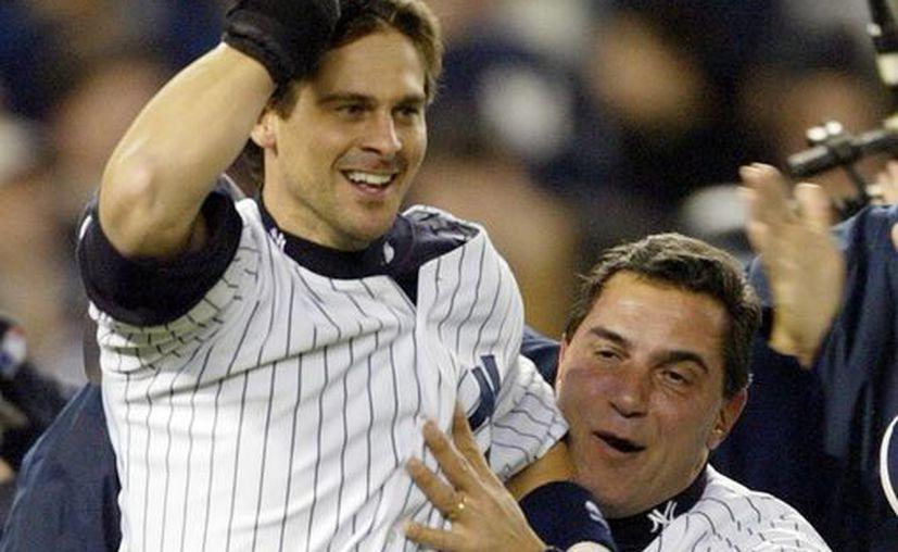 Fotografía de archivo de los jugadores de Yankees de Nueva YorK, Aaron Boone (i) y Lee Mazzilli (d), mientras celebran una jugada. (EFE)