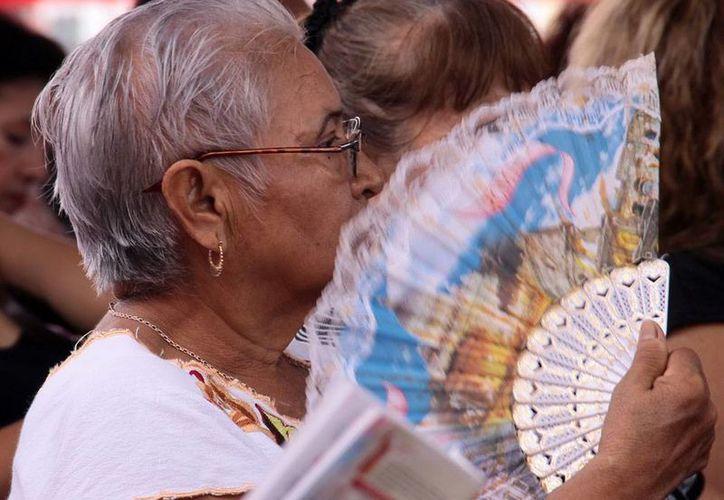 A pesar de la llegada del frente frío número 10, los yucatecos vivieron una jornada calurosa durante el Día de Muertos. (José Acosta/SIPSE)