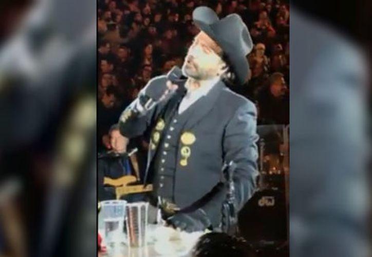 El cantante invitó al público a tomarse un 'shot' con él. (Facebook)