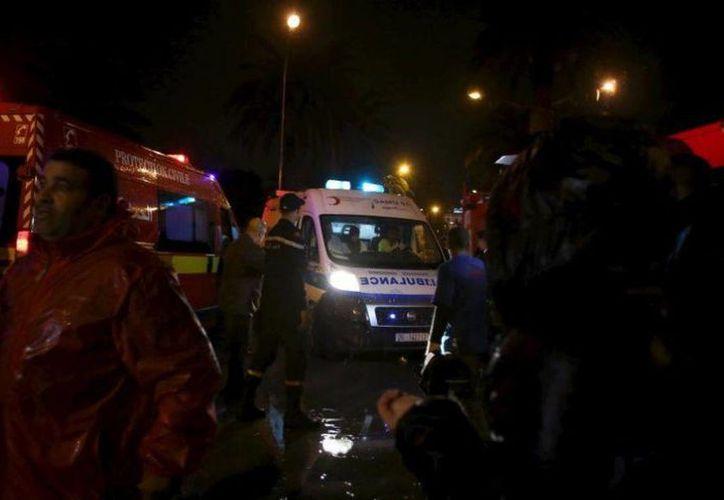 De las primeras imágenes del atentado a guardias presidenciales en Túnez, el 24 de noviembre de 2015. (Reuters)