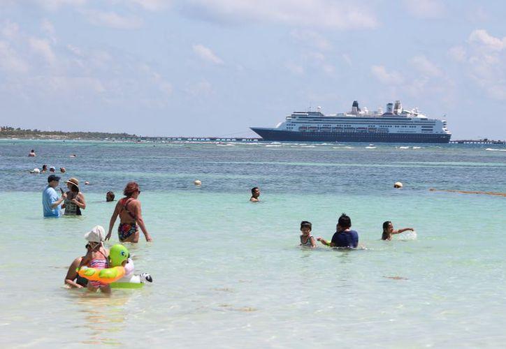 El gobierno de Mahahual informó que pone énfasis en la calidad de atención a los cruceristas para que se lleven una buena imagen de este destino turístico. (Enrique Mena/SIPSE)