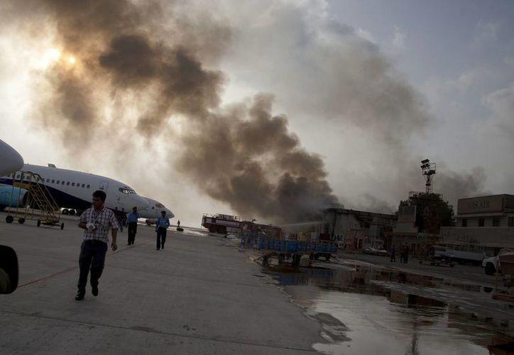 El ataque terrorista en el aeropuerto internacional de Karachi comenzó el domingo por la noche y se prolongó hasta este lunes. (Foto: AP)
