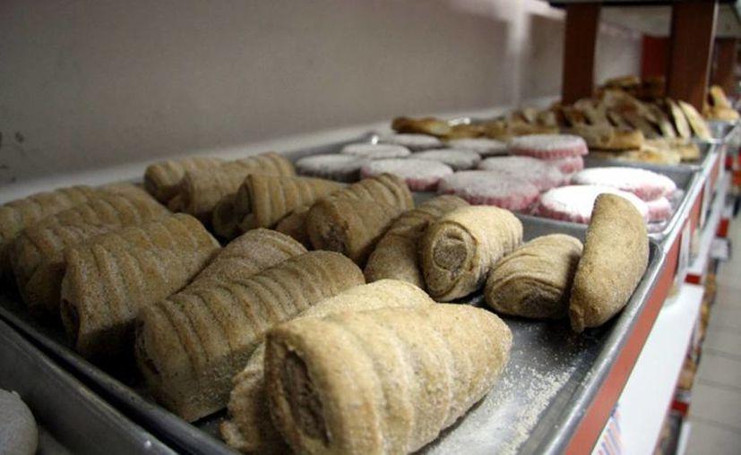 Empresas panificadoras, galleteras o las refresqueras, son las que aplican la estrategia de disminuir el tamaño de los productos a un precio más caro. Imagen de contexto de panes dulces en una panificadora del Centro de Mérida. (Archivo/SIPSE)