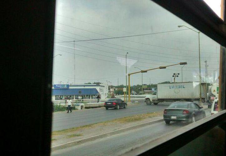 Uno de los bloqueos de hoy, en boulevar Colosio, en Reynosa. Las fuerzas de seguridad que acudieron a desbloquear las calles se enfrentaron con los presuntos delincuentes. (Twitter/@Azeroth2311)