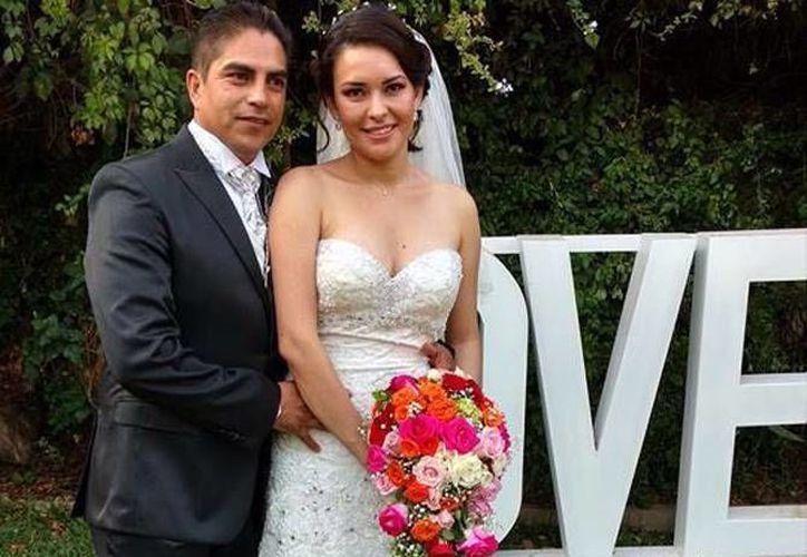 Los ahora esposos César Abel Batres y Ana Laura Entar.