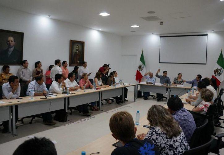 La Comisión de Desarrollo Urbano, del Congreso del Estado, aprobó ayer por mayoría el dictamen de la reforma a la Ley de Transporte del Estado de Yucatán, en materia del servicio de pasajeros contratado a través de plataformas tecnológicas. (Milenio Novedades)