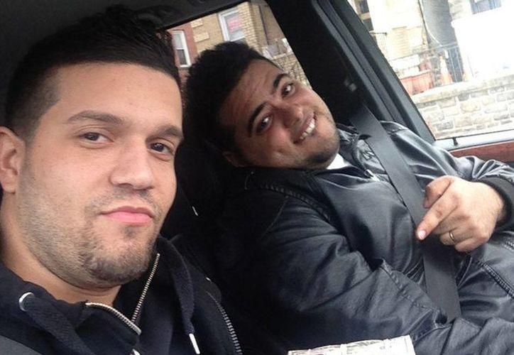 Elvis Rafael Rodríguez (izquierda) y Emir Yasser Yeje posando con fajos de billetes presuntamente robados usando tarjetas bancarias apócrifas. (Agencias)