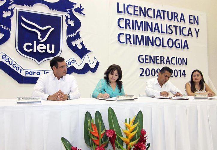 El acuerdo entre la FGE y el CLEU fue firmado en el marco de  la ceremonia de graduación de la primera generación de la licenciatura en criminología y criminalística. (Cortesía)