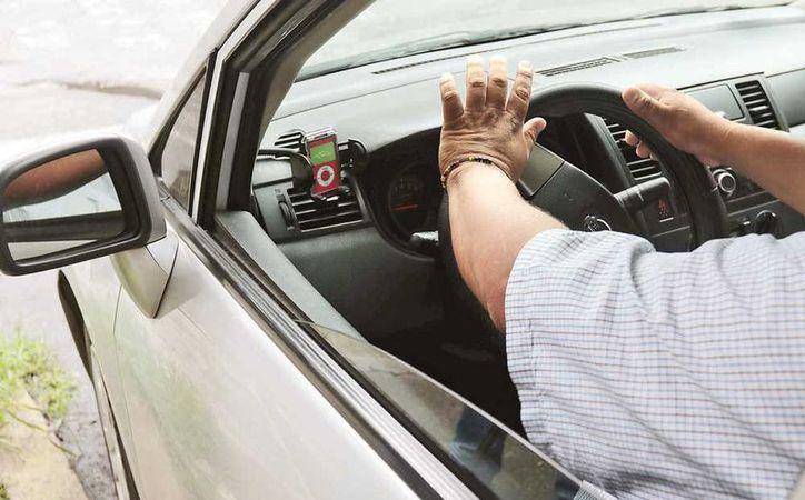 A través de las aplicaciones móviles para autos de alquiler o taxis de sitio, grupos delincuenciales cobran dinero en efectivo a víctimas que fueron enganchadas con amenazas. (excelsior.com.mx)