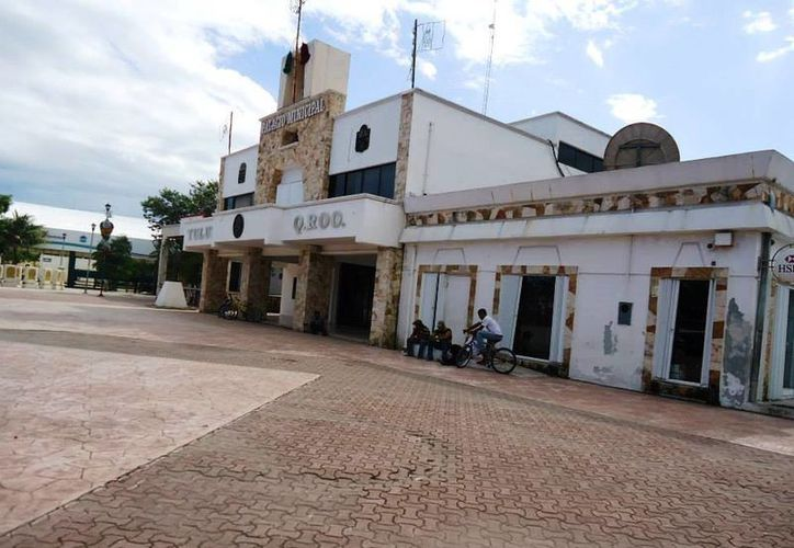 La fachada del Palacio Municipal no ha sido adornada como en años anteriores, aseguran varios tulumnenses. (Rossy López/SIPSE )