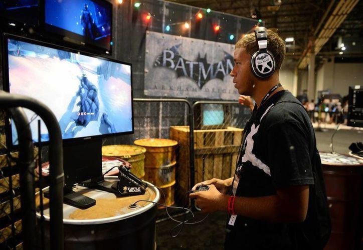 """En esta foto un asistente al evento GameStop Vegas 2013 juega """"Batman: Arkham Origins"""", en Las Vegas. (Agencias)"""