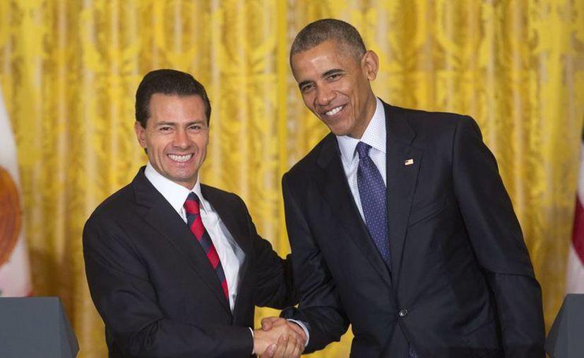 Los presidentes Enrique Peña Nieto y Barack Obama se saludan poco antes de una rueda de prensa en Washington. (AP)