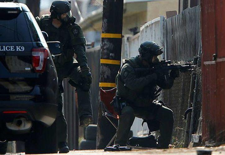 Equipos SWAT rescataron a dos personas desde el tejado de un edificio en Newark, Nueva Jersey. (actualidad.rt.com)
