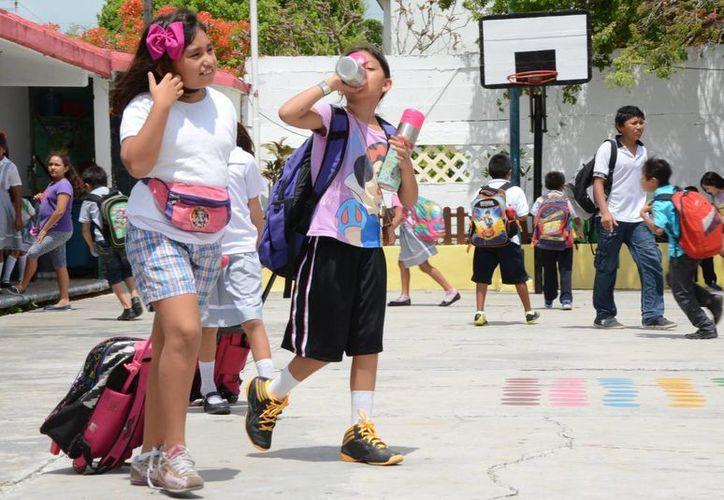 Piden que los alumnos lleven sólo lo necesario a la escuela. (Luis Soto/SIPSE)
