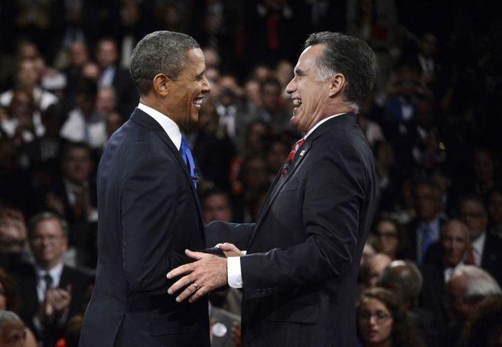 En las últimas horas de la campaña, las encuestas nacionales muestran que Obama y Romney están parejos en el voto popular. (Agencias)