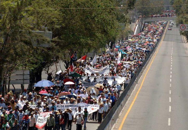 La marcha salió de la sede de CETEG en Guerrero, para posteriormente bloquear ambos sentidos del bulevar. (Notimex)