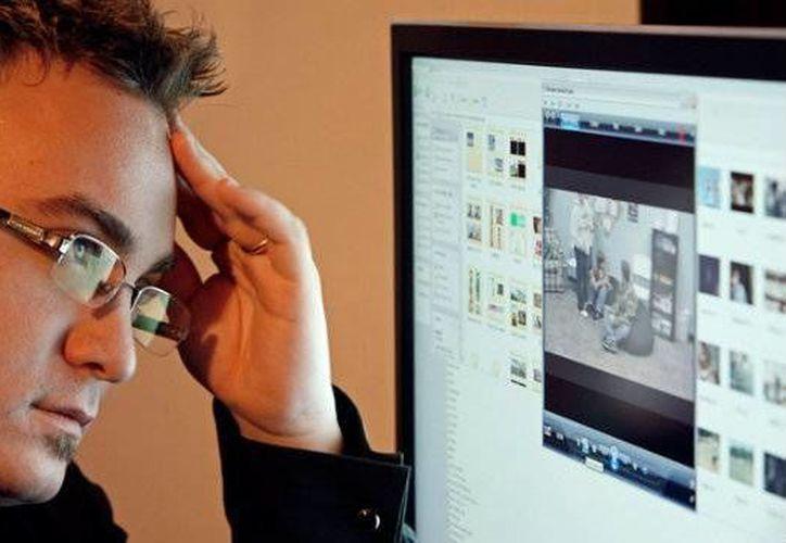 Mirar fijamente una pantalla por largo tiempo puede causarte enfermedades oculares. (Contexto/Internet)