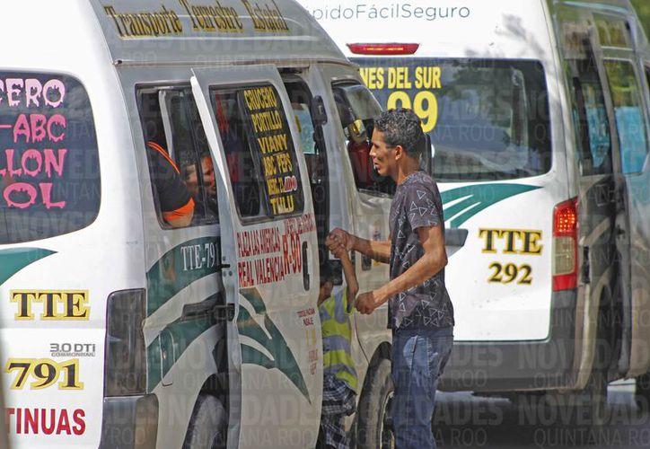 Las empresas concesionarias utilizan vehículos tipo Urvans para prestar el servicio. (Jesús Tijerina/SIPSE)