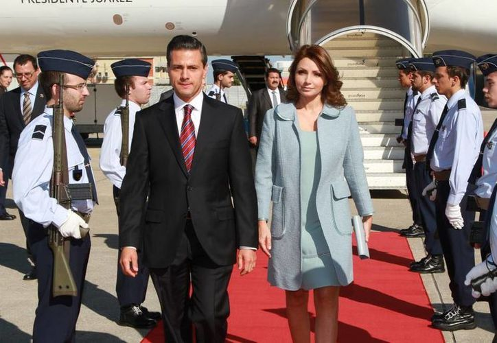 Llegada al aeropuerto militar Figo Maduro de la República Portuguesa del presidente de México, Enrique Peña Nieto, y su esposa Angélica Rivera. (presidencia.gob.mx)