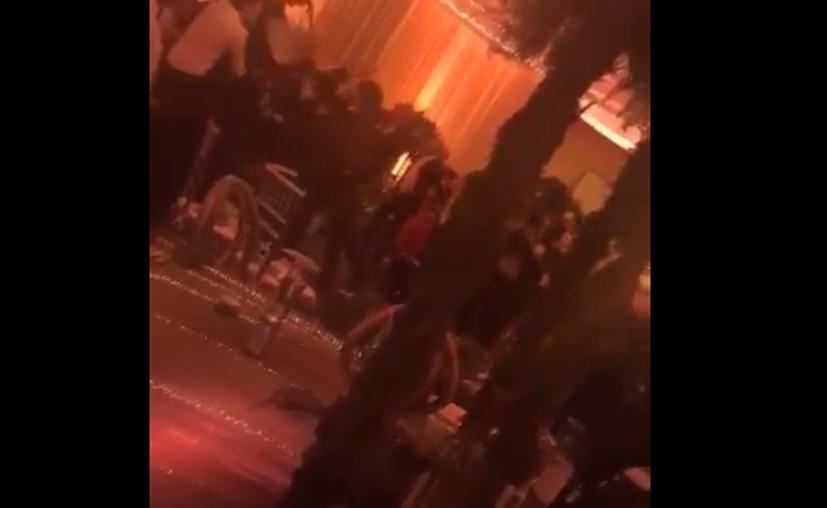 Por medio de redes sociales se hizo público un video en que se expuso una riña entre jóvenes en su baile de graduación. (Captura Youtube).