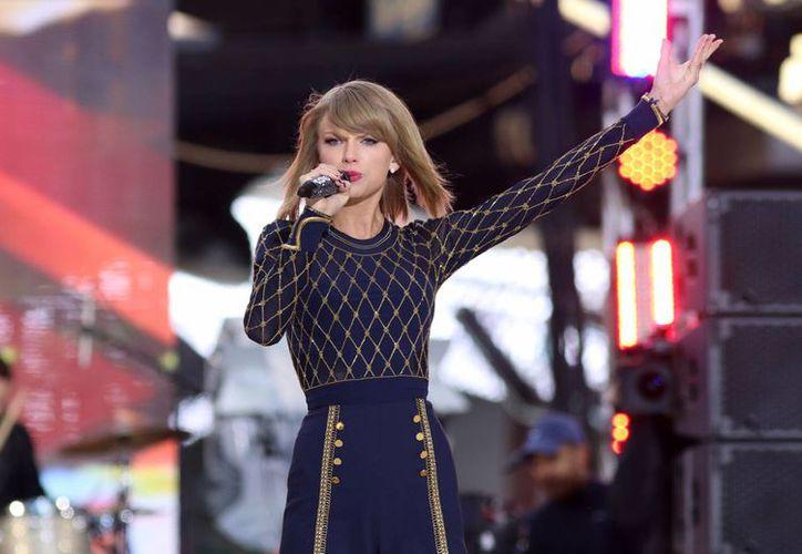 Taylor Swift, que acaba de retirar sus canciones de Spotify, luce en esta gráfica durante una presentación en 'Good Morning America' en el Times Square de New York. (Foto: AP)