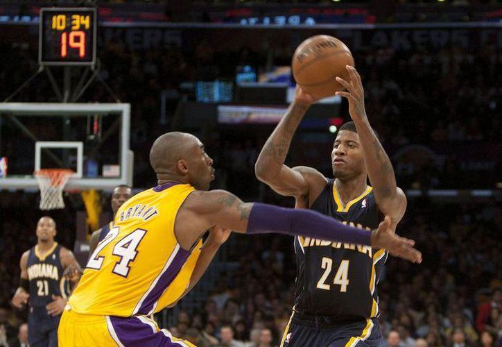 Kobe Bryant presiona a Paul George, escolta de Indiana Pacers, durante un partido. (Foto: EFE)