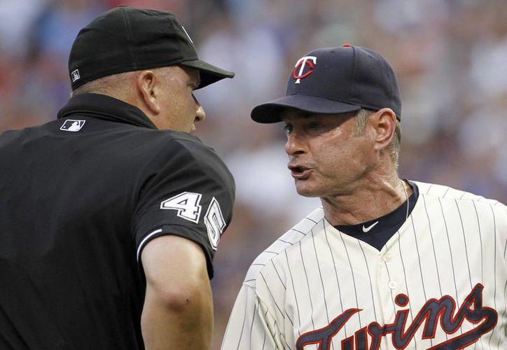 Un sistema computarizado se convertirá en umpire en una Liga de California. En la foto, el mánager Paul Molitor (d), discute con el umpire Jeff Nelson, por un strike cantado contra Aaron Hicks en partido de Grandes Ligas. (Foto: AP)