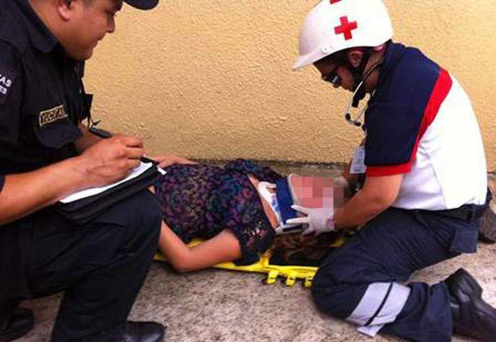 Imagen de una de las lesionadas por el choque entre un automóvil Ford Fiesta y un taxi colectivo de la ruta Pensiones. (Milenio Novedades)