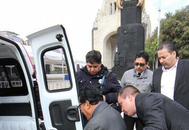 Se pusieron en operación 120 vehículos habilitados especialmente para transportar a personas con discapacidades en el DF. (Notimex)
