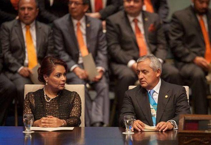 Imagen de la exvicepresidenta Ingrid Roxana Baldetti Elías y  el expresidente de Guatemala Otto Pérez Molina. Están acusados de participar en un fraude fiscal. (Archivo/AP)