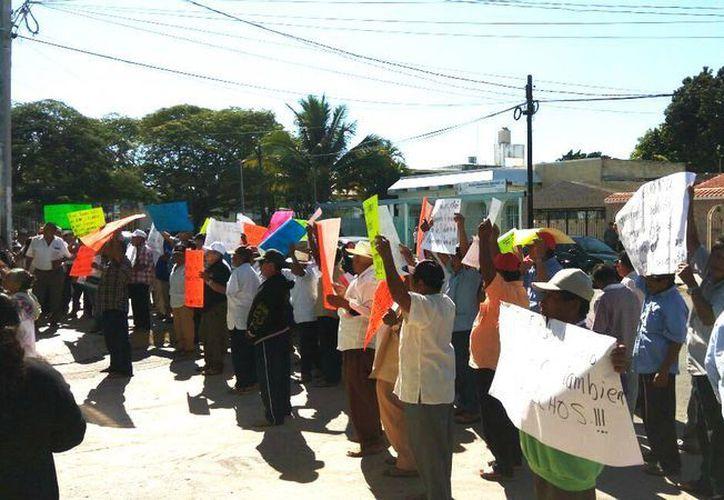 Imagen de la manifestación de un grupo de ejidatarios de Hunucmá en contra de Cástulo Ramírez García. (Cortesía Gabriel Leal)