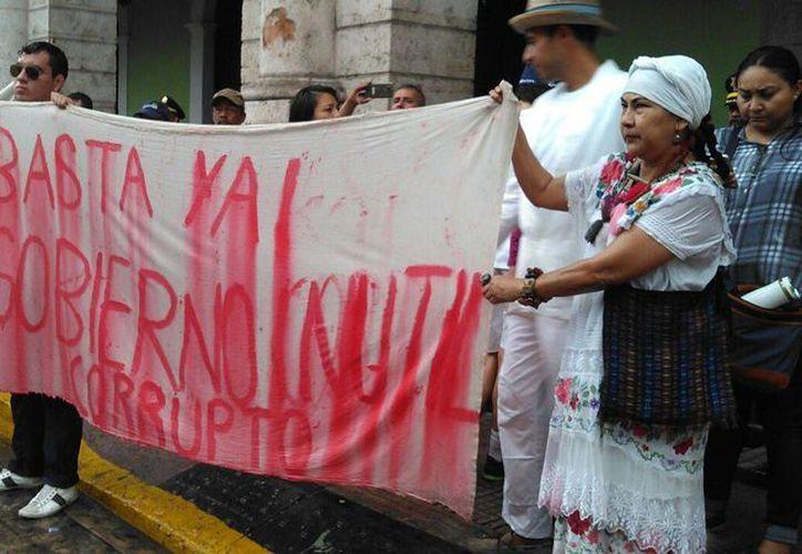 Decenas de personas se apostaron frente a Palacio de Gobierno, en Mérida, contra el incremento al alza del precio en las gasolinas (gasolinazo). Foto: Daniel Sandoval/SIPSE