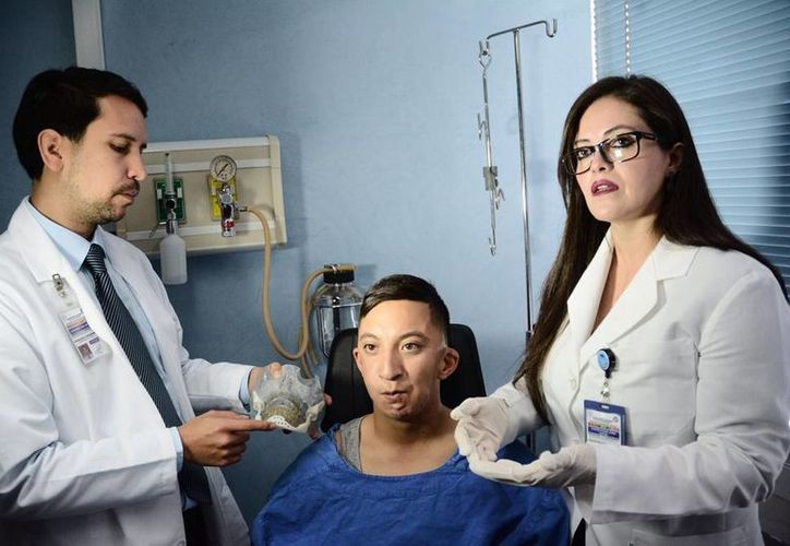 La intervención quirúrgica fue realizada por los cirujanos maxilofaciales del Issste, Laura Leticia Pacheco Ruiz y Jorge Chaurán Lara, en la foto acompañados de Adrián Castro Macias. (issste.gob.mx)