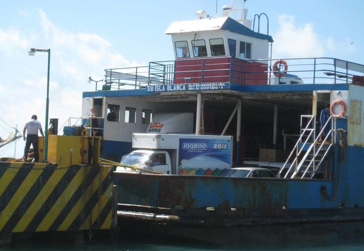 """El transbordador """"Isla Blanca""""  realiza sus travesías con normalidad. (Lanrry Parra/SIPSE)"""