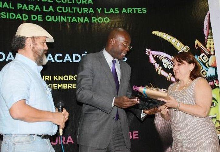 El ponente recibió un presente muy significativo de autoridades educativas. (Jorge Carrillo/SIPSE)