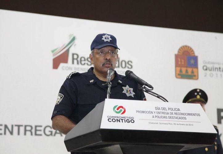 Carlos Bibiano Villa Castillo dirigió unas palabras a los policías. (Cortesía/SIPSE)