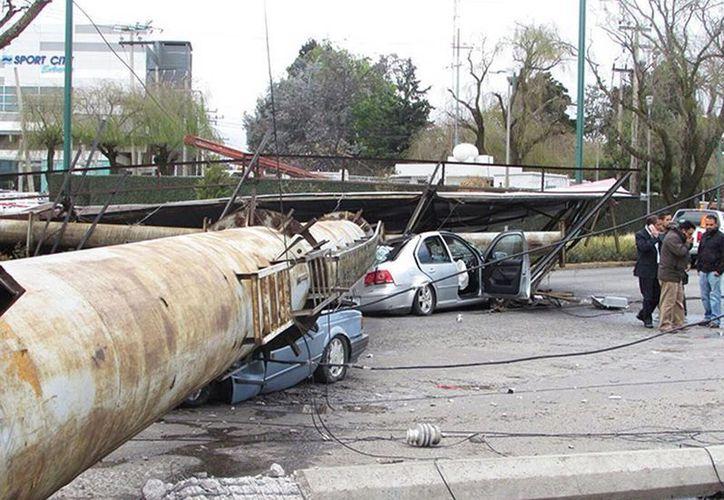 Imagen del gran anuncio espectacular que destrozó dos automóviles en Metepec, Estado de México. (Excelsior)
