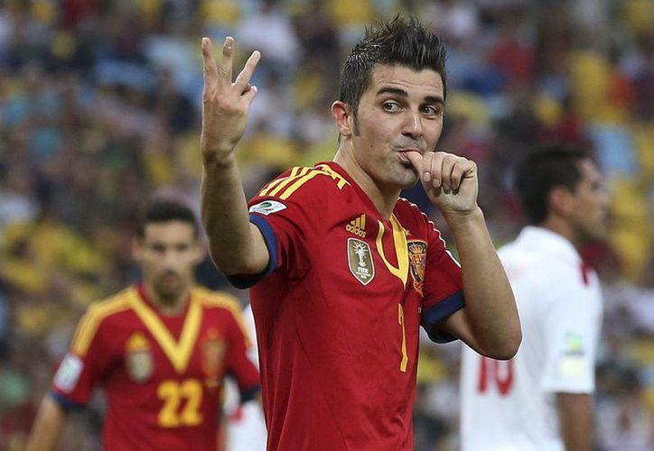 David Villa (i) celebra uno de sus goles junto a César Azpilicueta. (EFE)