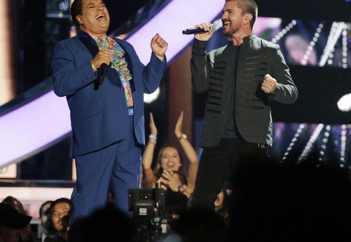 Juan Gabriel durante un concierto con el colombiano Juanes en abril de este año dentro de la entrega de premios Billboard latinos. (Foto: AP)