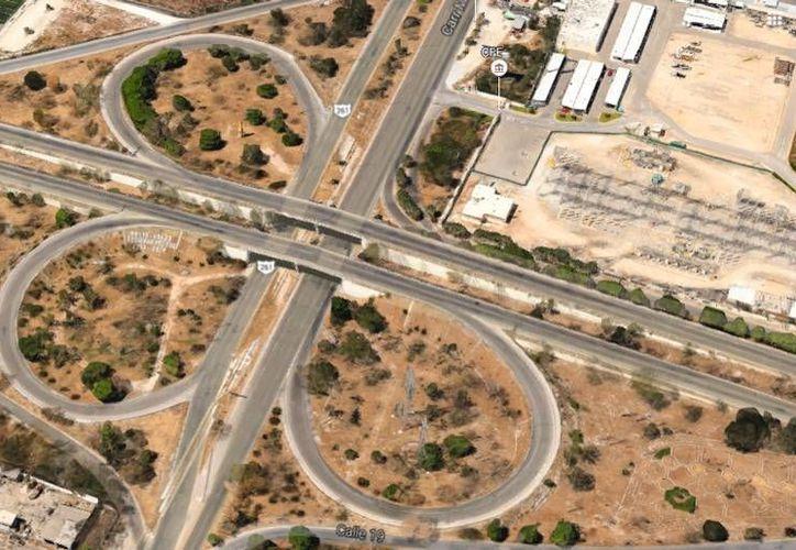 Imagen aérea del cruce de periférico con calle 60, donde se proyectan obras para agilizar el tránsito vehícular, no sólo ahí sino también en el Centro de Convenciones del Siglo XXI. (Google Maps)