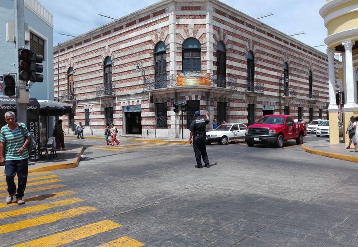 Los policías tuvieron que entrar al quite para controlar el tránsito, pues los semáforos dejaron de funcionar. (Iván Duarte/SIPSE)